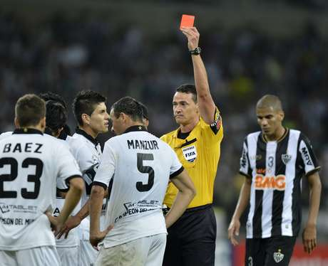 <p>Manzur foi expulso no fim do segundo tempo e facilitou a missão do Atlético-MG</p>