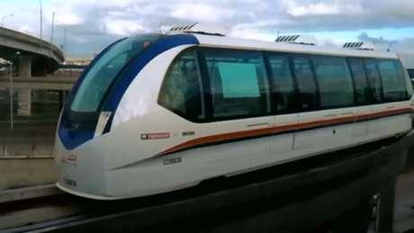 <p>Veículo é movido pela força do vento em um duto elevado sobre a pista</p>