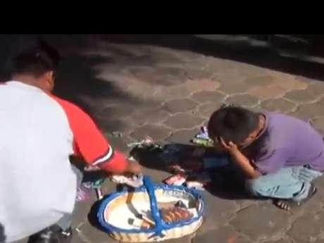 <p>El inspector fue cesado ayer por abuso de autoridad tras observarse en un video cómo despoja de varias cajetillas de cigarros al niño indígena que trabaja como vendedor de dulces.</p>
