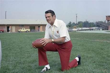 <p><strong>3.- BAÑO DE GATORADE: George Allen (1990):</strong> fue un entrenador de futbol americano en la Liga Nacional de Fútbol y la Liga de Fútbol de Estados Unidos. Además, fue incluido en el Salón de la Fama del Fútbol Americano Profesional en 2002.</p>