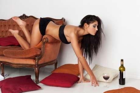 <p><strong>3. Na chaise da varanda</strong><br />Uma chaise &eacute; um acess&oacute;rio perfeito para o sexo&nbsp;porque &eacute; estreita o suficiente para que voc&ecirc; fique por cima. Voc&ecirc; pode ajeit&aacute;-la para que fique semi-reclinada e deitar-se&nbsp;sobre ele de costas. Coloque as m&atilde;os no encosto e, se essa posi&ccedil;&atilde;o estiver desconfort&aacute;vel, ajoelhe no assento com as pernas dele&nbsp;entre as suas. N&atilde;o se esque&ccedil;a de se certificar de que nenhum vizinho est&aacute; olhando a cena</p>