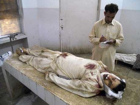 Funcionário de hospital anota informações sobre vítima fatal de ataque em Parachinar