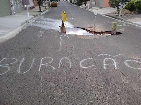 <p>Sinalização em buraco em rua do bairro Toffoli foi feita pelos próprios moradores, para evitar acidentes</p>