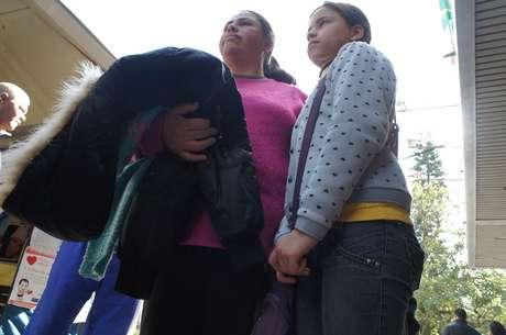 <p>Claudete Freitas e a filha Maria Eduarda receberam casaco de doação</p>