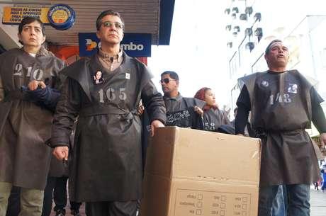 <p>Familiares, amigos e voluntários fizeram caminhada usando túnicas pretas numeradas, em referência às 242 vítimas da tragédia</p>
