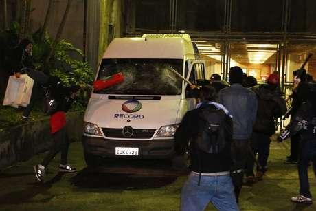 <p>Van da Rede Record foi depredado por manifestantes</p>
