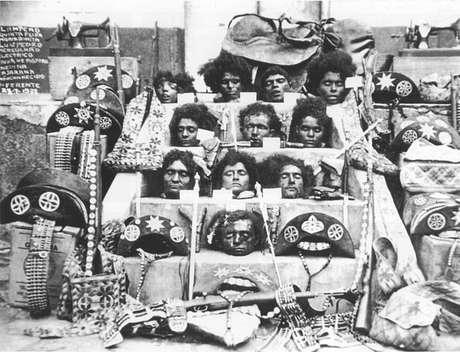 """<p class=""""text"""">Após sua morte, o cangaceiro e seu bando, assim como sua companheira Maria Déia, conhecida como Maria Bonita, tiveram suas cabeças cortadas e expostas, como exemplo para a população</p>"""