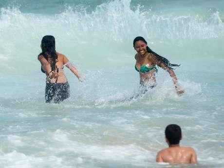 Garotas aproveitam praia no Rio de Janeiro