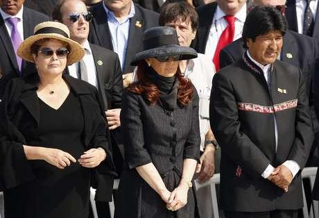 <p>Cristina Kirchner (centro) acompanha a missa do Papa ao lado da presidente Dilma e do boliviano Evo Morales</p>