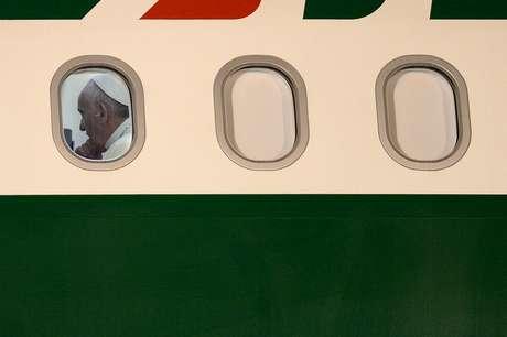 <p>O avião com o Papa Francisco partiu às 19h45 deste domingo da Base Aérea do Galeão com destino a Roma</p>