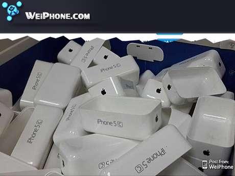 Imagem mostra caixas de plástico com inscrição 'iPhone 5C' na lateral, o que indicaria nome do novo modelo