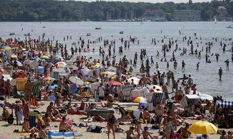 Pessoas tomam banho de sol em praia do lago Wannsee, em Berlim