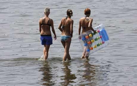 Jovens aproveitaram o dia de intenso calor para se refrescar em lago de Berlim