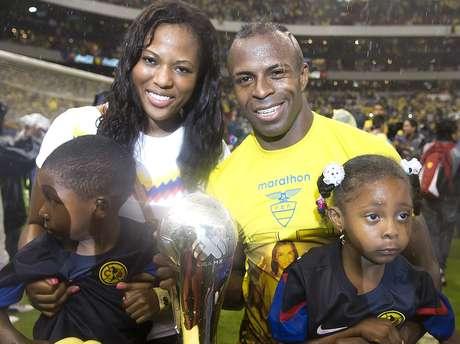 Christian Benítez con su familia, luego de salir campeón con América en el torneo Clausura 2013.