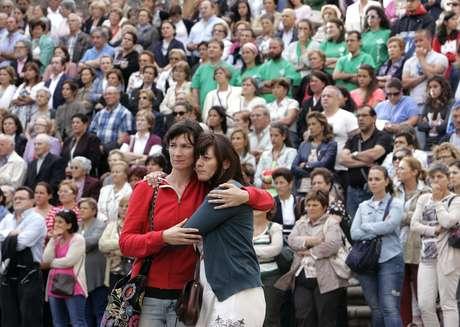 Inúmeras pessoas se reuniram em uma praça ao lado da catedral para acompanhar a homenagem às vítimas do acidente