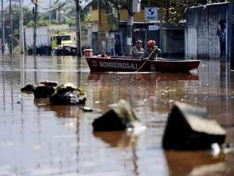 <p>Rompimento de tubulação da Cedae causou estragos na manhã desta terça-feira na estrada do Mendanha, em Campo Grande, zona oeste do Rio de Janeiro (RJ)</p>