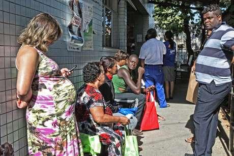 <p><strong>30 de julho -</strong>Em Belo Horizonte (MG), a greve dos profissionais teve reflexos no atendimento à população. As unidades de saúde ficaram lotadas sem o atendimento emergencial</p>