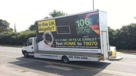 Carros com os anúncios circularam em bairros de Londres na semana passada, após críticas feitas por membros do governo ao projeto