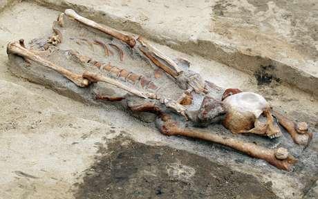 """Na Polônia, arqueólogos encontraram corpos que foram enterrados com a cabeça decapitada entre as pernas. A prática, afirmam os cientistas, era feita com pessoas consideradas """"vampiros"""". Foram encontradas sete esqueletos de pessoas que foram sepultadas em um ritual que tinha como objetivo que não voltassem à vida"""