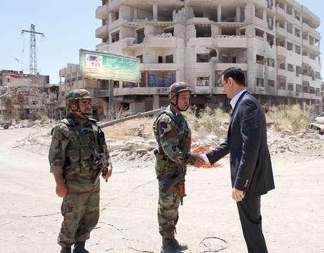 Assad cumprimenta soldados em Daraya, nos arredores de Damasco