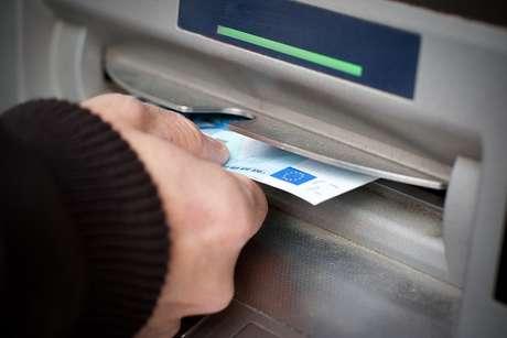 Bancos são obrigados a disponibilizar quatro saques grátis por mês