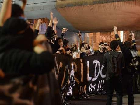 Manifestantes carregam faixa cobrando informações sobre o paradeiro do pedreiro Amarildo de Souza, desaparecido no Rio de Janeiro
