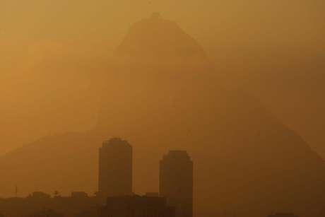 Neblina encobriu nesta quinta-feira o Rio de Janeiro e fechou os aeroportos Tom Jobim e Santos Dumont
