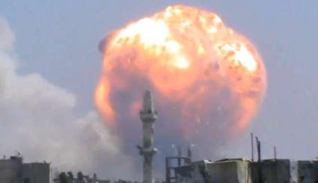 Frame de vídeo mostra grande bola de fogo emergindo de depósito de munições em Homs