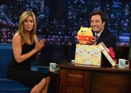 Jennifer Aniston participou do Late Night With Jimmy Fallon, em Nova York, nos Estados Unidos