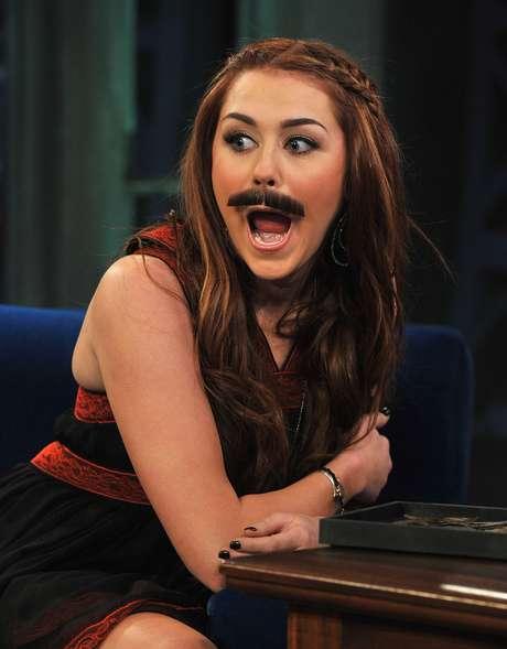 Miley Cyrus começou sua carreira como estrela-mirim da Disney e se transformou em cantora pop envolvida em polêmicas com drogas, fotos na internet e brigas públicas com paparazzi