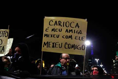 Em São Paulo, manifestante carrega cartaz com mensagem de apoio a protestos no Rio de Janeiro
