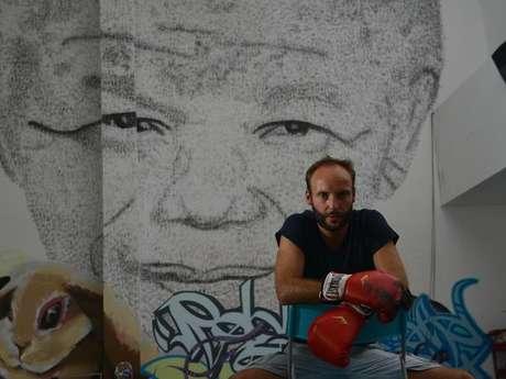 <p>Akashi, de 34 años, comenzó a realizar este monumental retrato de seis metros de alto al enterarse de que Nelson Mandela, hospitalizado en Pretoria desde principios de junio, luchaba por su vida.</p>