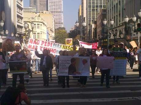 Com faixas e cartazes, grupo percorreu as ruas no centro de Curitiba