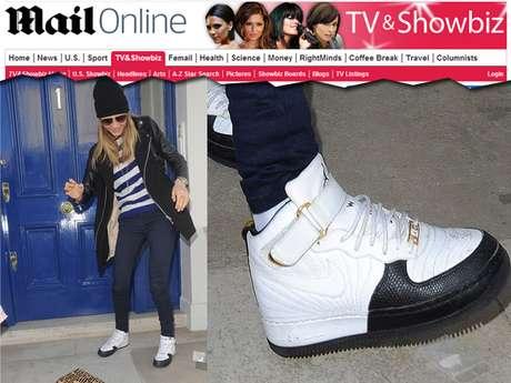 <p>Cara foi fotografada saindo de seu apartamento em Londres, quando derrubou um pequeno saco plástico com um suspeito pó branco dentro</p>