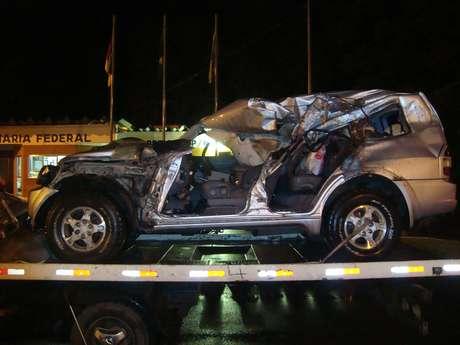 Carro ficou totalmente destruído após a colisão