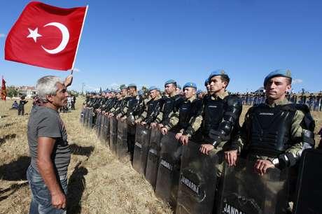 Manifestante exibe bandeira turca para soldados que protegem tribunal em Silivri