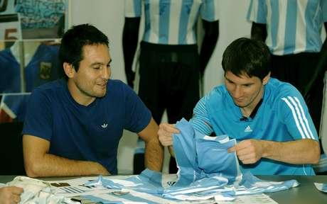 Martín diseña la camiseta de la selección del mejor jugador del mundo.