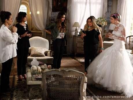 Nicole (Marina Ruy Barbosa) passa mal durante prova do vestido de noiva ao ver fotos de Thales (Ricardo Tozzi) e Leila (Fernanda Machado) juntos