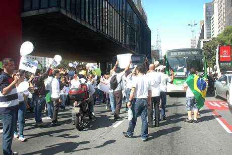 Manifestantes bloquearam a avenida Paulista nos dois sentidos
