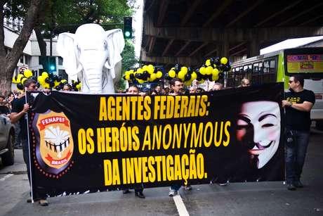 Policiais federais levam 'elefante branco' inflável a protesto nas ruas do centro do Rio de Janeiro