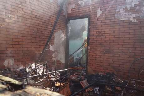 Residência do município de Casa Branca foi consumida pelas chamas na manhã desta segunda-feira