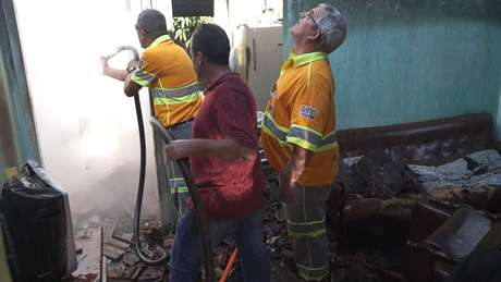 <p>Trabalho de rescaldo durou até o final da manhã e contou com caminhão-pipa de uma concessionária de rodovias</p>
