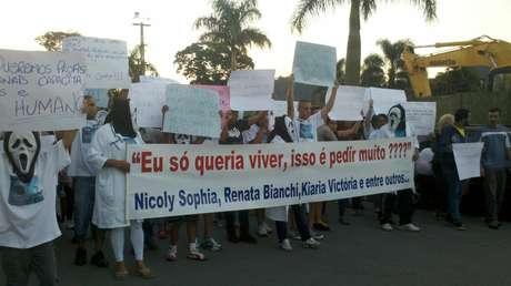 <p>Dezenas de pessoas protestaram, na última sexta-feira contra a morte de dois bebês e uma gestante no Hospiral Regional de Cotia</p>