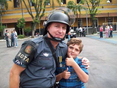 Foto do sargento da Rota ao lado do filho, dentro do batalhão