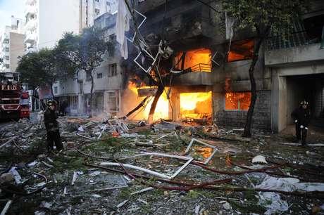 Bombeiros trabalham para apagar o fogo após a explosão no edifício de Rosário