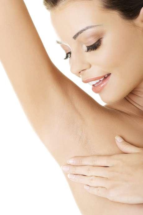 Polivalente, hidratação diária é fundamental na prevenção das indesejáveis manchas escuras que aparecem na região devido à depilação