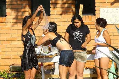 Manifestante toma banho de mangueira em ocupação da Câmara de Vereadores de Belo Horizonte