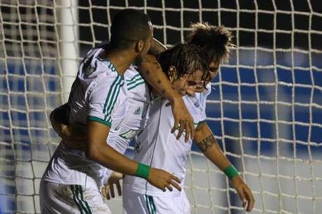 <p>Henrique é abraçado após fazer o segundo e decisivo gol do jogo</p>