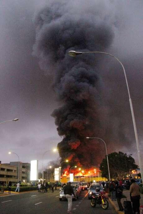 De acordo com testemunhas, a fumaça pode ser vista a quilômetros de distância