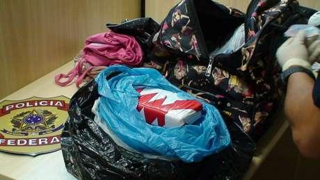 Cocaína estava escondida entre as roupas e misturadas com naftalina, uma tentativa de disfarçar o cheiro da droga